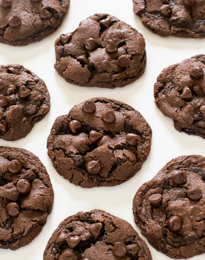 Easy Chocolate Chip Cookies | chefsavvy.com