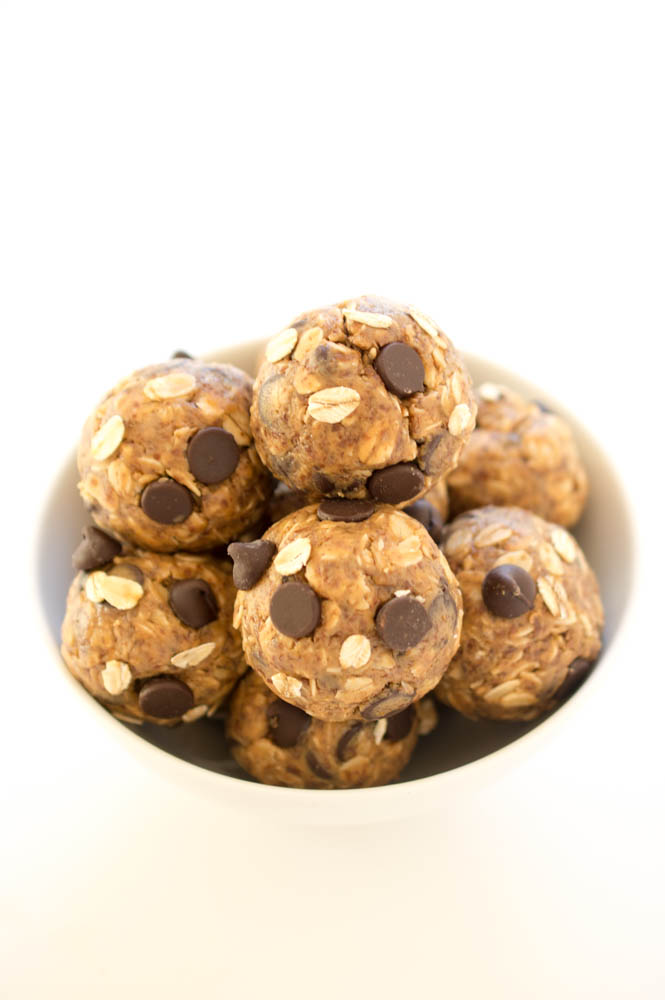5 Ingredient Peanut Butter Energy Bites | chefsavvy.com #recipe #oats #protein #healthy