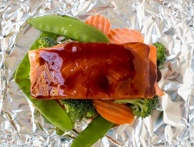 Glazed Salmon and Veggies in Foil | chefsavvy.com